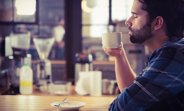 Joven produce alimentos a partir de desechos de café